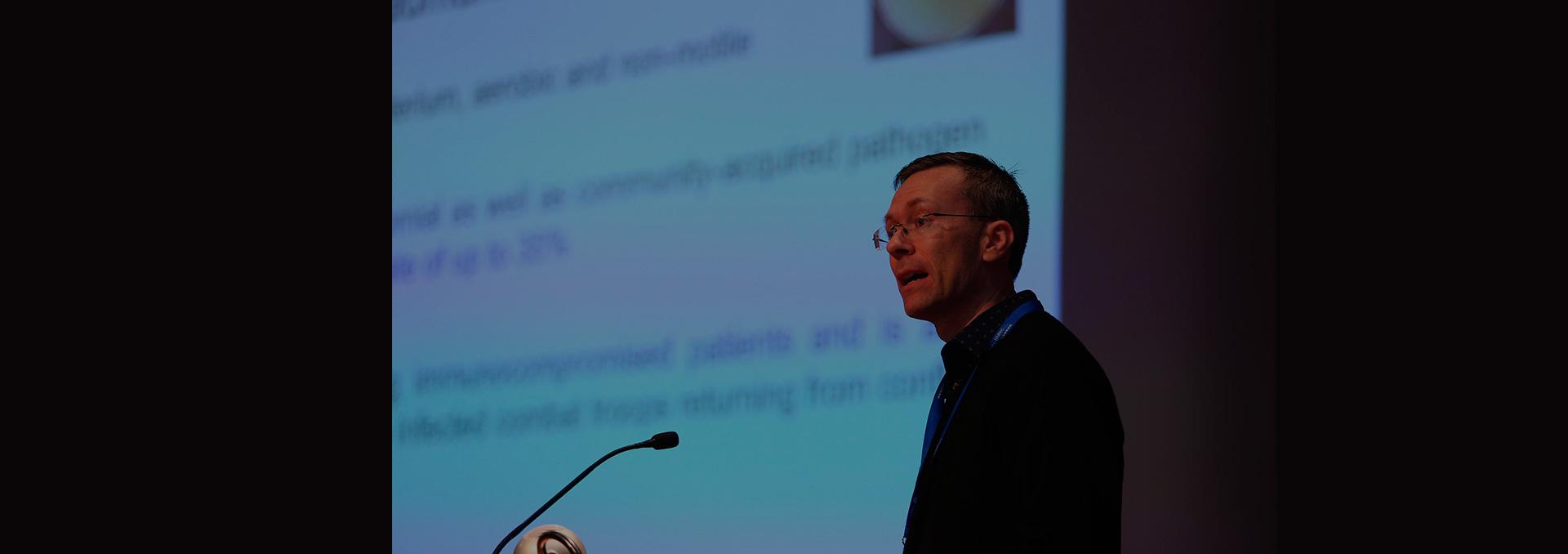 Científico australiano advierte en seminario de Consorcio BMRC sobre súper bacteria que amenaza a un tercio de la humanidad
