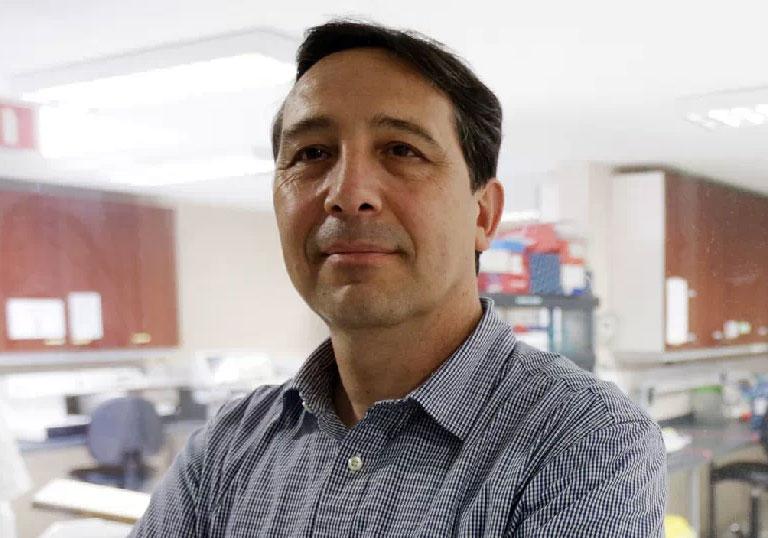 Inmunólogo creó una vacuna que combate virus que causa neumonía